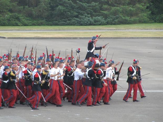 Le triomphe du tonneau: c'est l'une des plus anciennes de St-Cyr. Elle remonte à la visite du duc d'Orléans en 1823, qui vint rétablir l'ordre après un trouble dans l'Ecole. Il assista à un concours d'artillerie et le meilleur tireur, qui fit sauter le tonneau, fut porté aux nues par ses camarades.