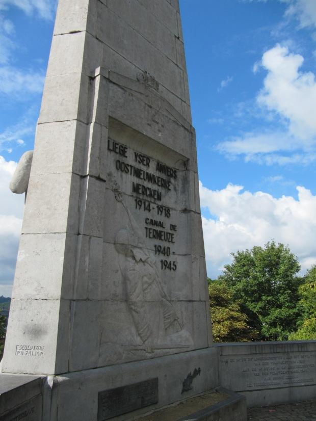 Vue plus complète du monument de la citadelle. Le 12e de ligne s'y battit durement en 1914.