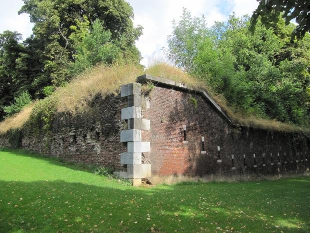 L'un des murs de la citadelle. Il reste des vestiges de plusieurs époques.