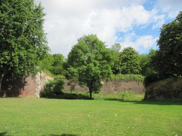 Les murs... La végétation a bien poussé.  Un superbe sentier fait le tour de l'édifice.