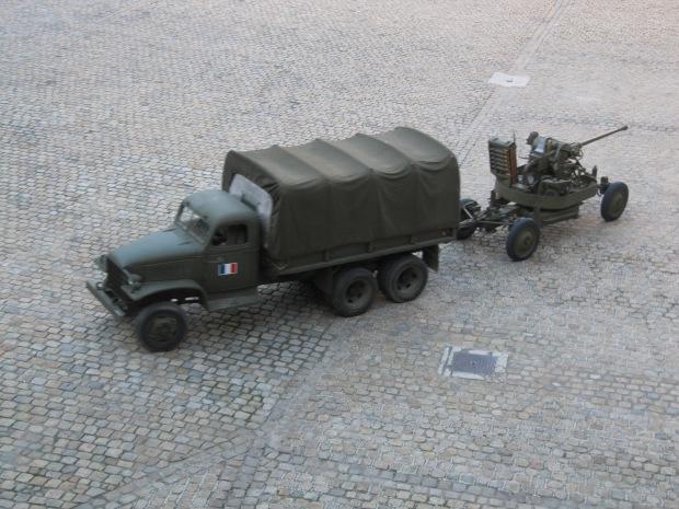 Le légendaire GMC tracte le Bofors.