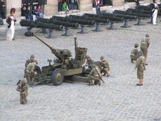 Un canon de DCA Bofors de 40mm. D'origine suédoise, il a été construit sous licence dans de nombreux pays car étant une très bonne arme.