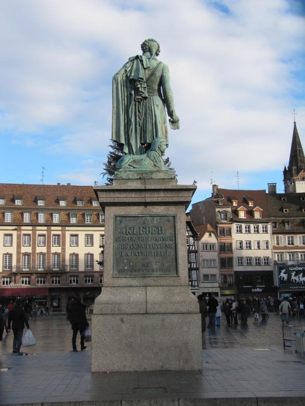 La statue de Kléber, héros des guerres de la Révolution. Il fut tué au Caire en 1800, le même jour de la bataille de Marengo où périssait Desaix. Cruelle ironie.