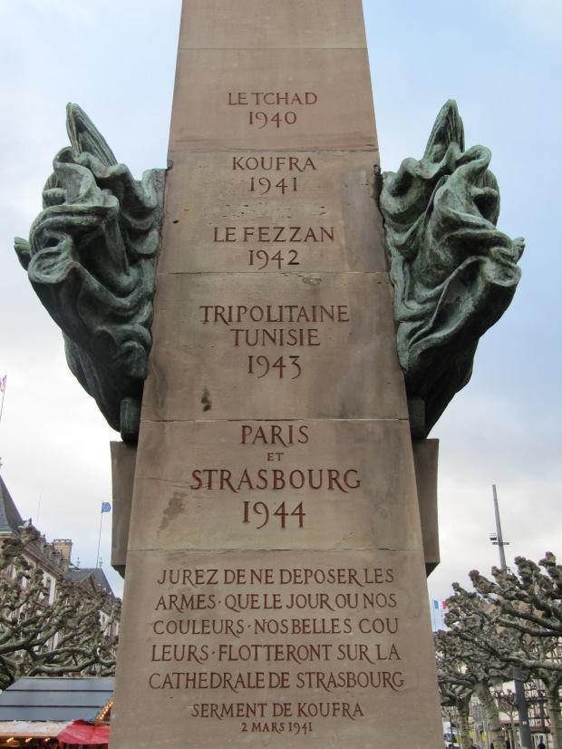 """Détail du monument en l'honneur de Leclerc et du serment de Koufra: """"Jurez de ne déposer les armes que le jour où nos couleurs, nos belles couleurs, flotteront sur la cathédrale de Strasbourg""""."""