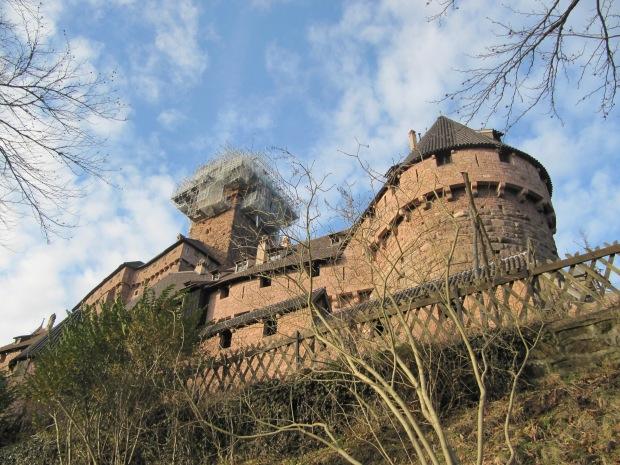 Le château vu depuis la route en contrebas.