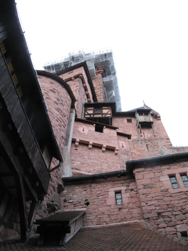 Vision depuis la cour intérieur du château. Dévasté par une récente tempête, le toit du donjon fait l'objet d'une restauration.