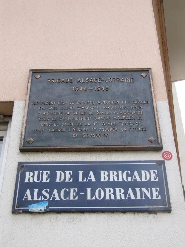 Énormément de places et de rues ont des noms historiques. Ici, honneur est rendu à la brigade d'Alsace-Lorraine... Commandée par Malraux lui-même!