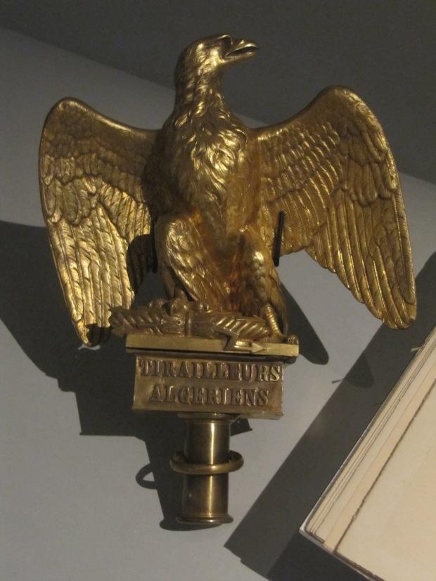 Après des essais sous Louis XVI, la France retourne en Indochine, cette fois conquérante, sous Napoléon III. Voici donc un aigle de drapeau, celui du régiment des Tirailleurs Algériens, qui y combattirent.