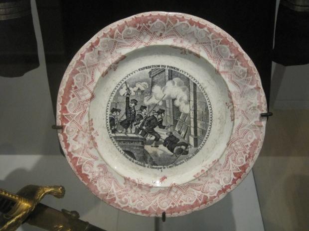Après le Second Empire, qui s'est battu essentiellement dans le sud... La France intervient ensuite dans le nord du pays, c'est l'expédition du Tonkin. Voilà une assiette commémorant la prise de Hanoï en 1882.