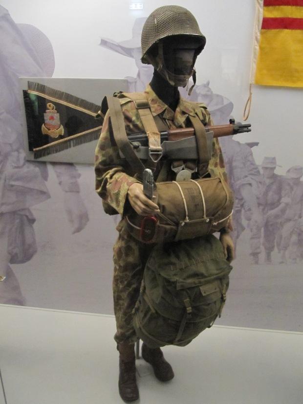 Légionnaire du premier Bataillon Etranger de Parachutistes durant la fameuse bataille de la RC4 en 1950. Il est équipé d'un matériel très hétéroclite. On notera ainsi le MAS 36 CR 39, fusil à crosse métallique repliable destiné aux troupes aéroportées.