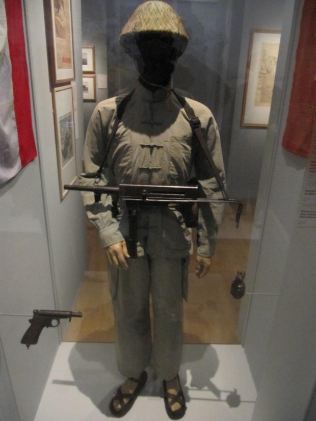 Combattant vietnamien, guerre d'Indochine. Il est armé d'une copie du MAT 49 français.