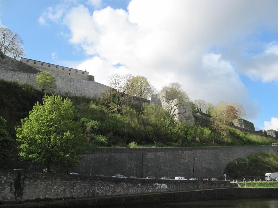 La citadelle, telle qu'on la voit depuis la ville, côté Sambre.