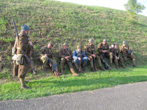 Evacuation de l'ouvrage. Un camarade est en bleu horizon: il en restait dans la ligne Maginot en 1940!