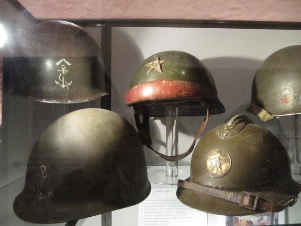 Casques utilisés par les Français durant ces combats, on reconnaît notamment un Adrian mle 26 et un  motorisé mle 35.