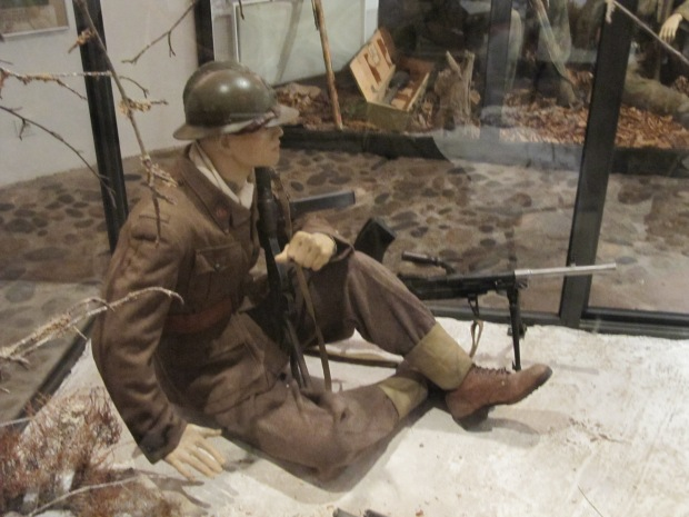 Un combattant de la France Libre. Faisant feu de tout bois, il est habillé d'un uniforme de l'armée d'armistice. Pour plus d'infos: https://antredustratege.com/2014/05/13/larmee-darmistice-du-gouvernement-de-vichy-ii-evolutions-de-luniforme-et-de-lequipement/