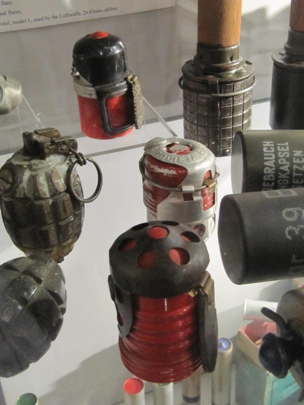 Les Allemands font de même, récupérant du matériel de tous les horizons. En rouge, des grenades Breda italiennes mle 35.