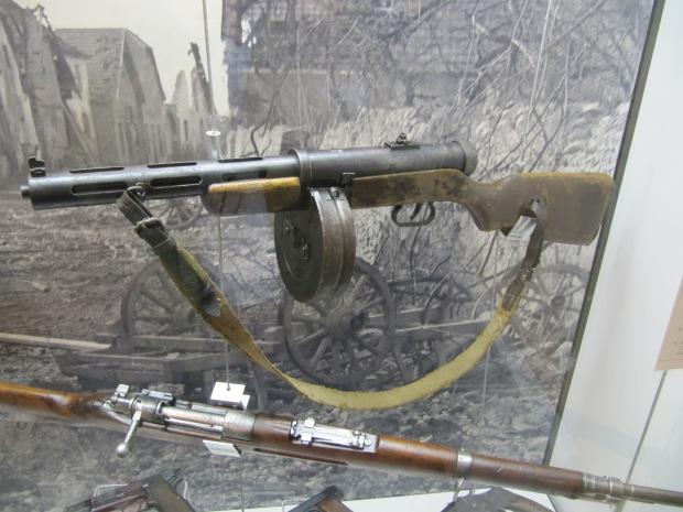 Un rare PPD-40 soviétique, l'ancêtre du PPSH, utilisé par les Allemands.