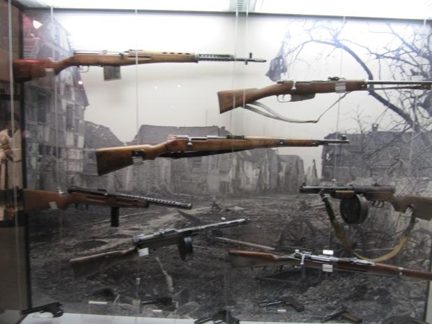 Panel d'armes étrangères réutilisées par les Allemands... On voit notamment un Beretta 38, un SVT-40 et même un rare Suomi KP31 Finlandais.