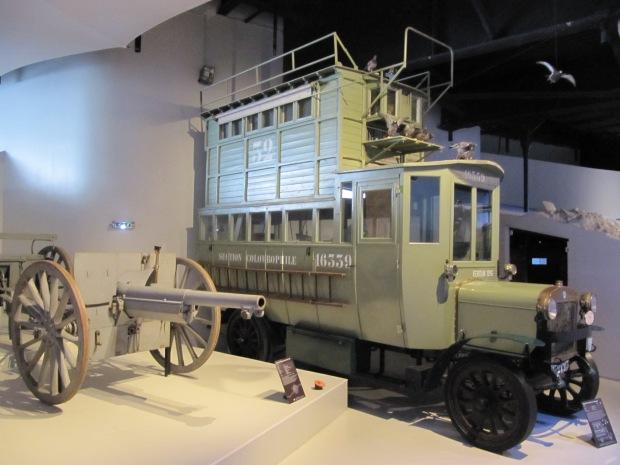 Camion-Pigeonnier Berliet. Dépôt de la fondation Berliet. La colombophilie joue un grand rôle en 14-18.