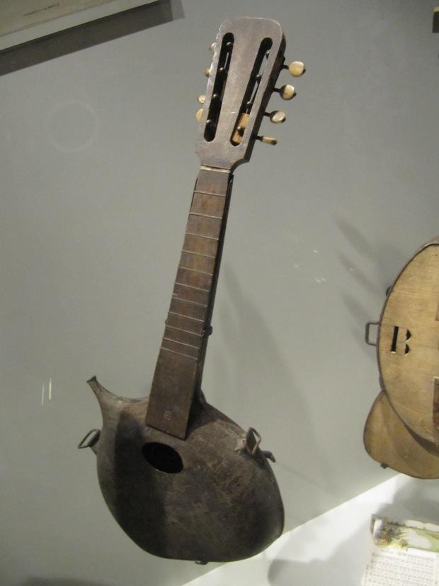 Art de tranchée enfin intéressant: un bidon a été réutilisé pour cette guitare.