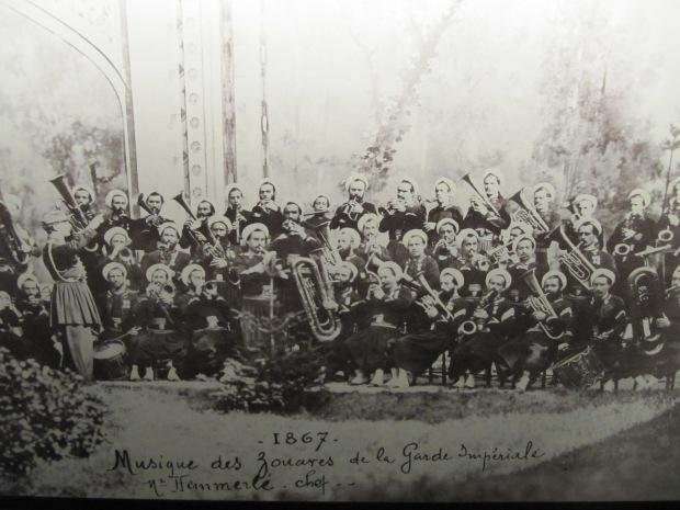 Les zouaves de la Garde Impériale en 1867. Napoléon III adopta le saxophone dans l'armée.