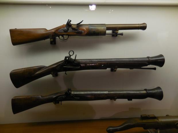 Fusils utilisés pour le combat rapproché sur les navires, généralement posés sur des supports.