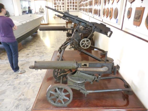 Au second plan, une mitrailleuse française St-Etienne mle 1907, envoyée aux Italiens en 15-18. Ce n'est  pas ce que la France a fait de mieux en matière d'armement.
