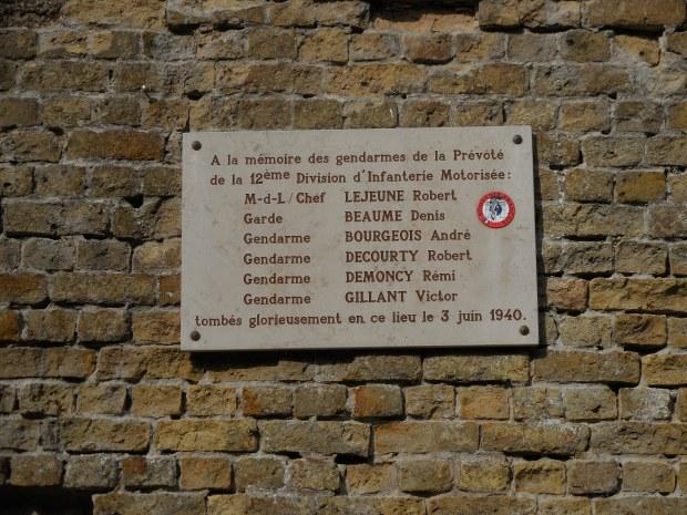 Ici, dans le fort des Dunes, ces gendarmes sont morts du fait d'une bombe d'aviation allemande.