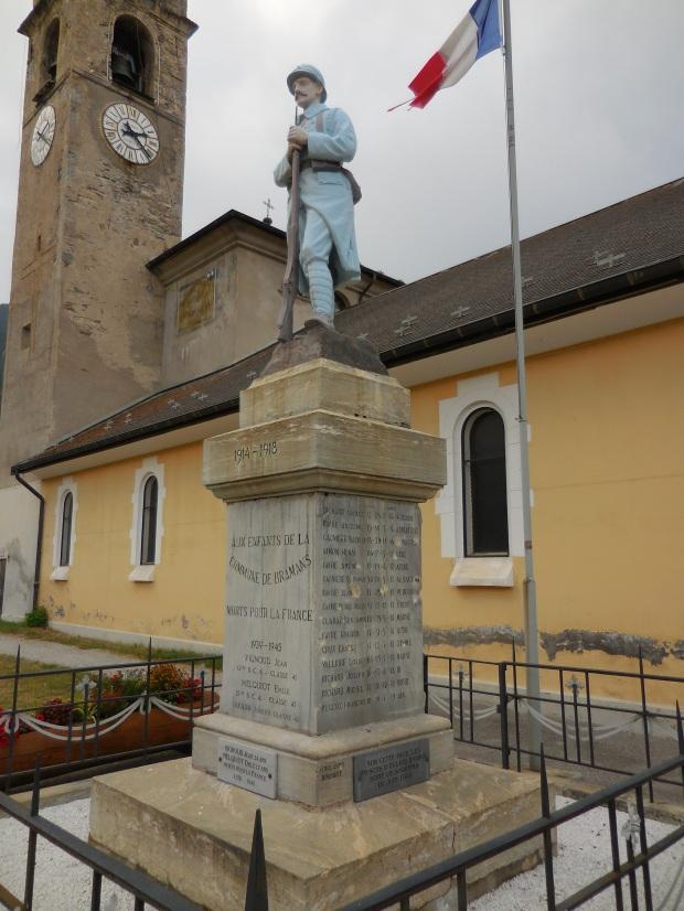 Monument de Bramans, abîmé par des éclats d'obus italiens en 1940. Instant d'une poignante émotion.