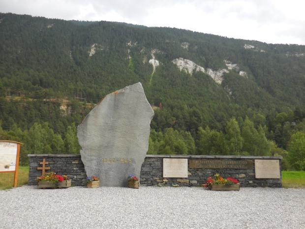 Monuments aux héros qui libérèrent la Maurienne au prix de très durs combats en 1944-45. Episode largement oublié hors des lieux.