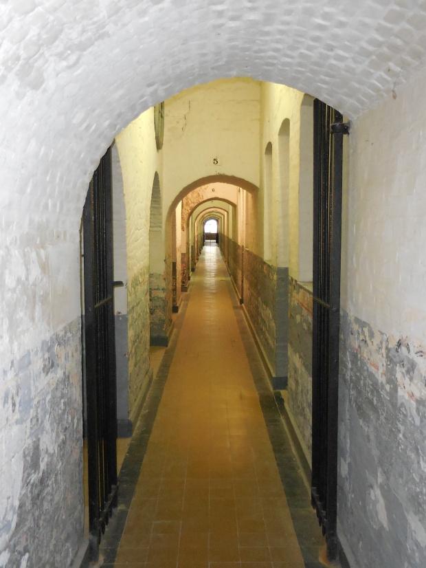 Les couloirs du fort, où les Allemands  internèrent plus de 7000 personnes durant la guerre et en fusillèrent également.