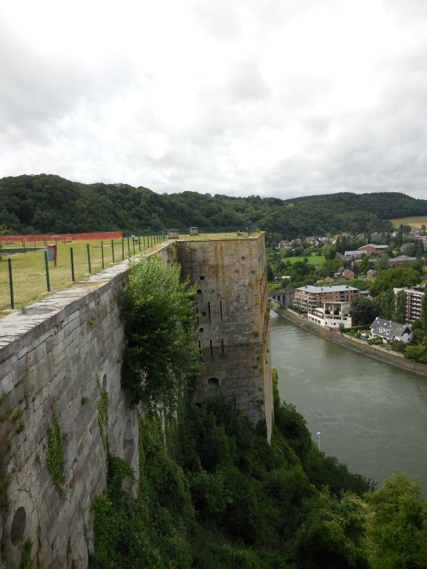 Autre vue, la Meuse derrière.