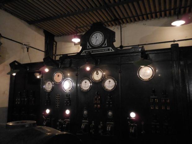 """Salle des machines... Notez le """"Siemens"""" ."""