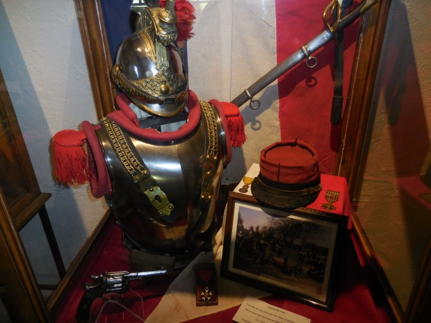 Superbe vitrine avec des objets de la cavalerie française.