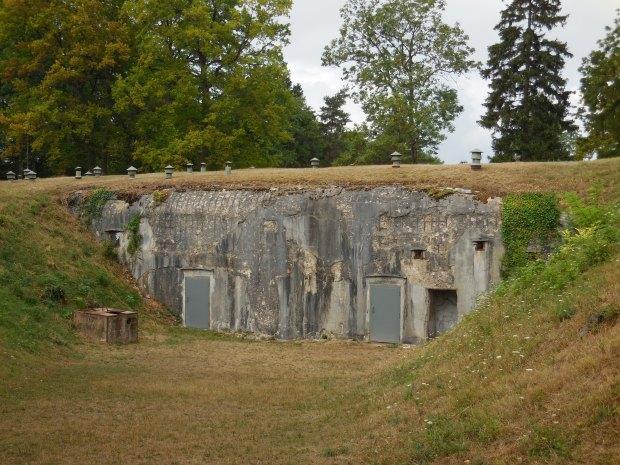Une bonne partie du fort est sous terre, ce qui inspira en partie les Français pour la ligne Maginot.
